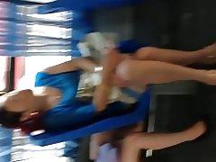 Një seksi të nxehtë kurvë veshur nxehtë pantyhose në autobus