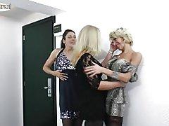 Amator lezbike nënat fuck njëri-tjetrin në 3some